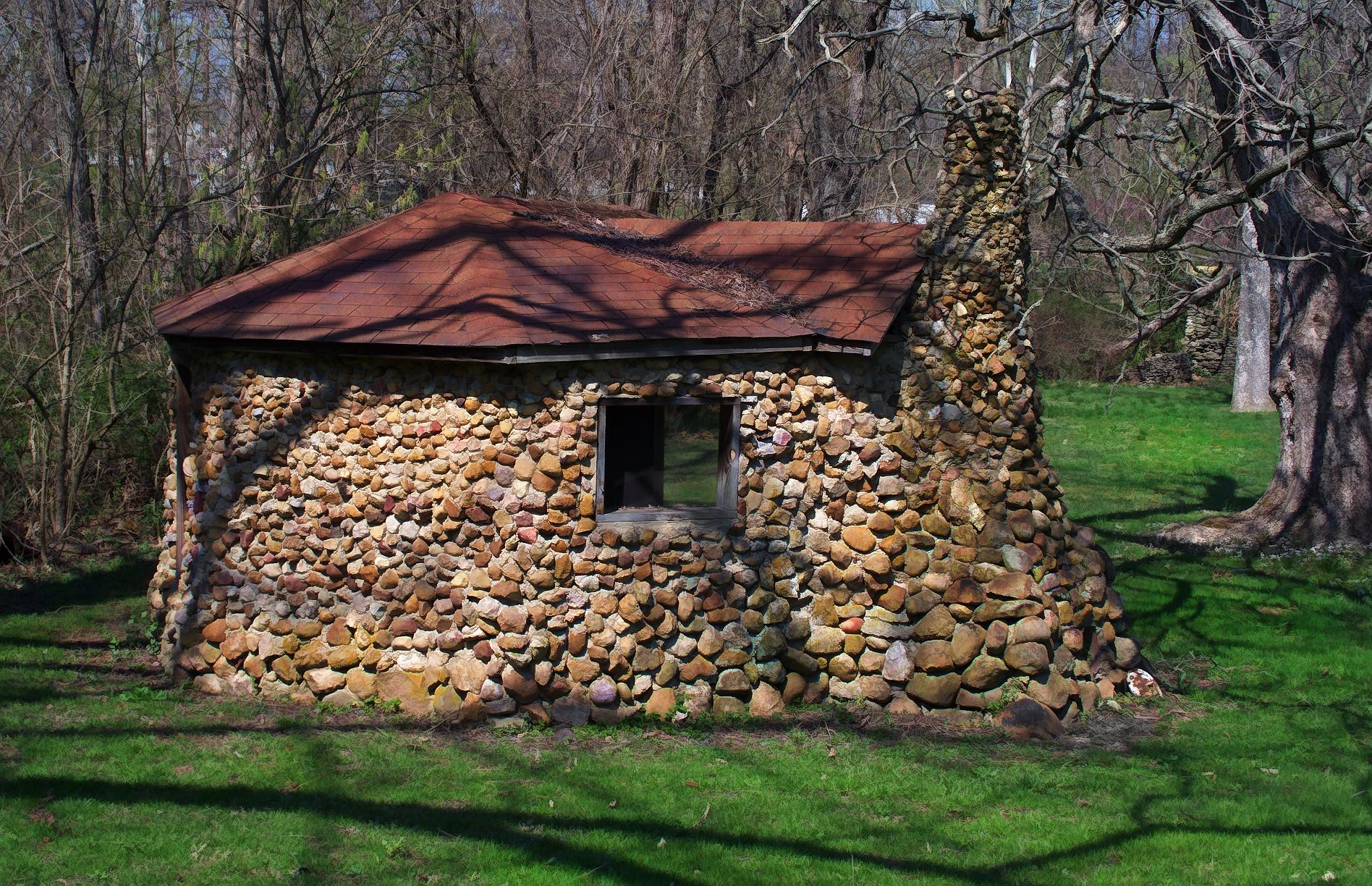 Little stone house under the sun and under the moon for Holistic house